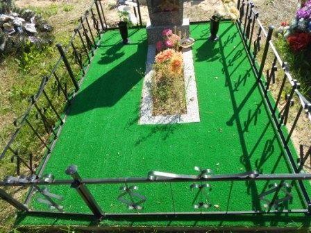 Искусственная трава на кладбище